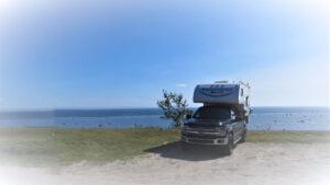 Image d'un véhicule récréatif (VR) stationné devant l'océan